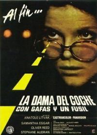 La dama del coche con gafas y fusil